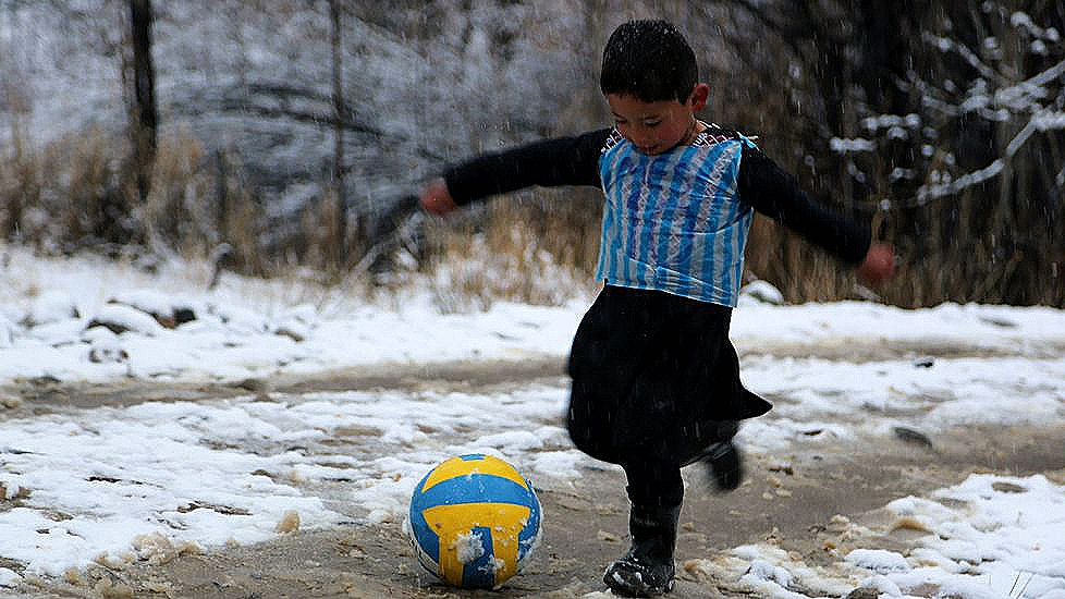 El niño quiere ser el Messi afgano