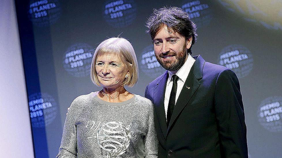 Daniel Sánchez Arevalo, finalista al Premio Planeta 2015, posando con la ganadora Alicia Giménez-Bartlett