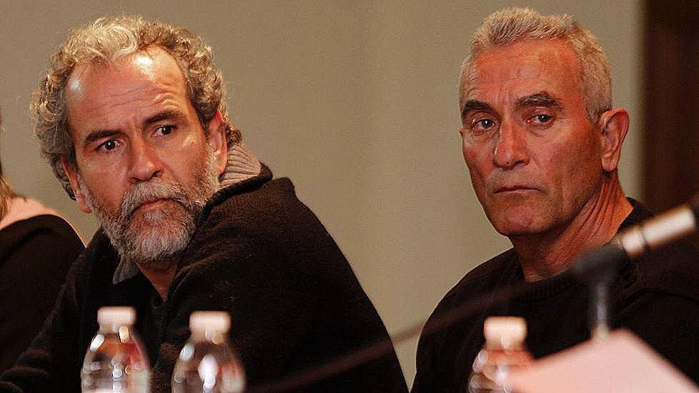 Willy Toledo, a la izquierda, junto al diputado de Podemos Diego Cañamero en una mesa redonda celebrada en A Coruña.